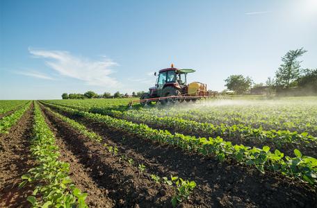 tractor fertilizando con líquidos